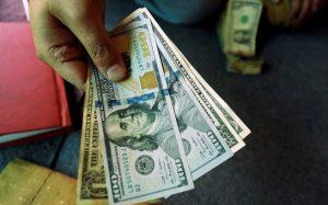 Dicen remesadoras violan leyes al recibir dólares y entregar pesos