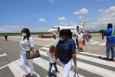 Dos vuelos fletados por Gonzalo traen a 23 dominicanos de Turcas y Caicos