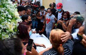 Una multitud despide a «La Soga» en Gurabo con música y gallos
