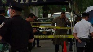 Menor 14 años en estado crítico tras tiroteo en Queens; NYPD busca a dos
