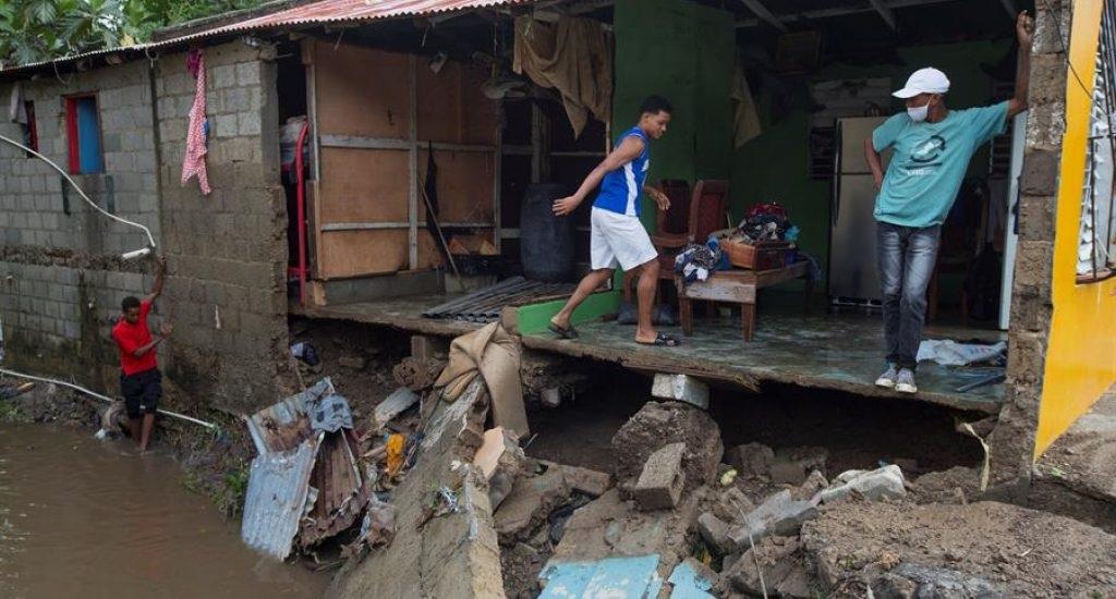 Cientos de dominicanos se quedan sin casas tras el paso de tormenta Isaías