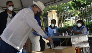 Hipólito Mejía vota y llama población a que acuda a las urnas con respeto