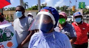 Exempleados IDSS exigen frente al Palacio Nacional ser reubicados