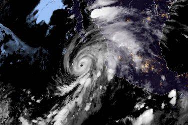 MEXICO: Potente huracán Genevieve se acerca a península Baja California
