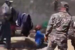 Graban policías RD torturando y dando latigazos a supuesto ladrón maniatado