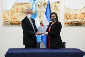 GUATEMALA: Embajador de RD dona libros Escuela Consular