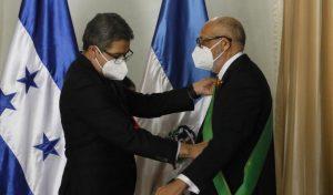 HONDURAS: Presidente Hernández condecora a embajador de R. Dom.