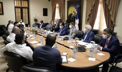 Presidente escucha propuestas de industriales para recuperar economía