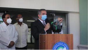 Ministro entrega insumos protección a personal médico Clínica Cruz Jiminián