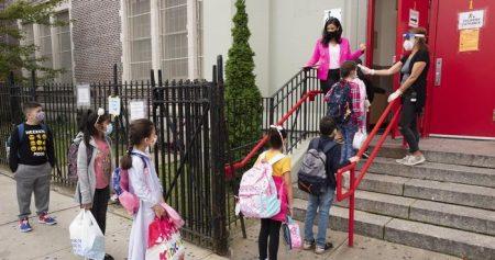 Nueva York cierra escuelas en barrios para frenar segunda ola de COVID-19