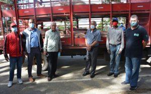 SANTIAGO: FEDA entrega a campesinos 200 cerdas, 50 vacas y pollitas ponedoras