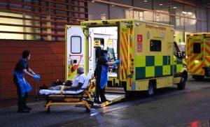 Reino Unido recurre a morgues emergencia ante saturación hospitales
