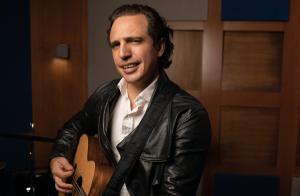 Cantautor Jaime Viñas regresa a la música con «Lo que te puedo dar»