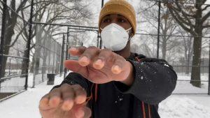 Joven dominicano, apasionado del béisbol, entrena en la nieve