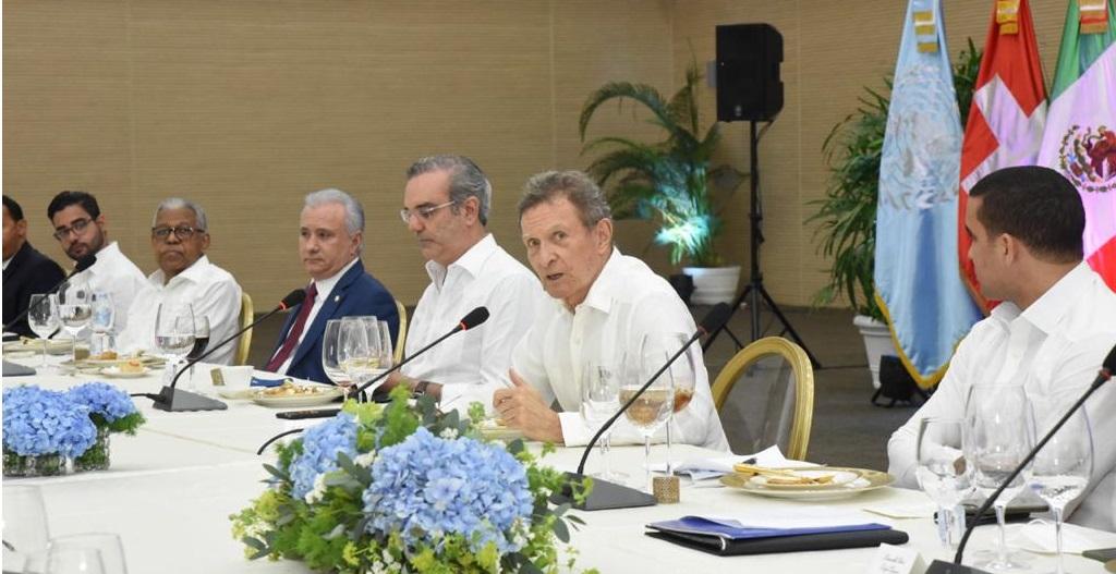 El Presidente trata con embajadores construcción de hospitales en Haití