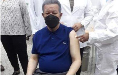 Leonel Fernández recibe vacuna contra la covid-19