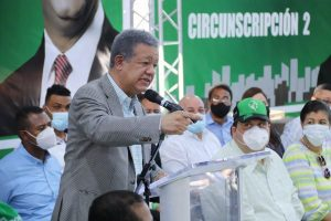 Leonel Fernández reúne dirigencia de Santiago; juramenta a expeledeístas