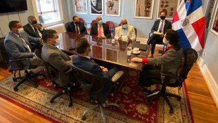 Embajadora Guzmán se reúne con autoridades de Lawrence y Cónsul
