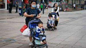 China cambia su política demográfica y permitirá a las parejas tener tres hijos