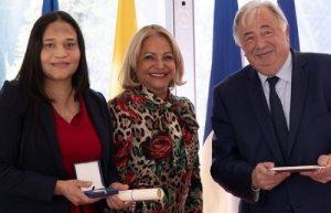 Francia otorga Medalla de Honor del Senado a dominicana Raquel Mercedes