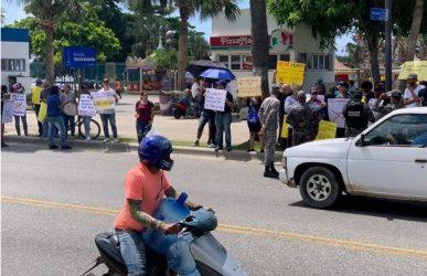 Activistas «antivacunas» hacen una manifestación en el Malecón de SD