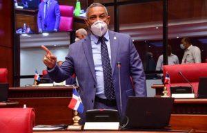 Senador PRM: «80% funcionarios no resuelve y saca la lengua a Abinader»