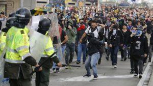 COLOMBIA: Investigan a policías por   no actuar contra civiles que dispararon