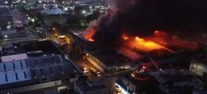 Incendio causa gran alarma en barrio céntrico de SD en plena madrugada