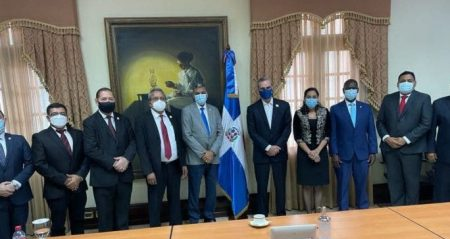 Presidente Luis Abinader se reúne con miembros Junta Directiva PARLACEN