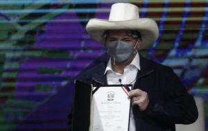 PERU: Castillo recibe credenciales de presidente electo;  llama a la unidad