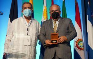 Congreso de Infectología reconoció los aportes del médico Feris Iglesias