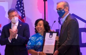 Abinader reconoce a empresaria maeña Bertha Margaris Gil Minaya
