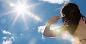 Recomiendan evitar el sol, vestir ropa ligera y tomar mucha agua