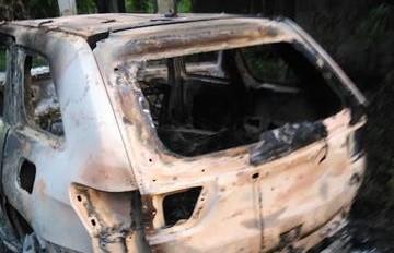 SPM: Hallan 3 cuerpos calcinados en interior de jeepeta abandonada