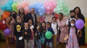 NY: Pastor dominicano y esposa regalan útiles escolares a niños
