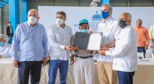Abinader entrega 72 millones a porcicultores afectó la peste