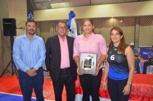 Club Naco reconoce a Prisilla Rivera en Torneo de Voleibol