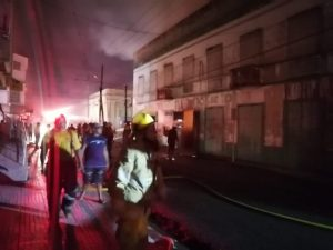 Mueren tres bomberos al tratar de sofocar un incendio en La Vega