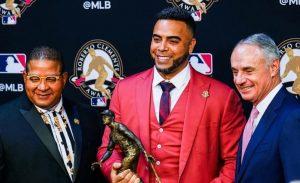 Dominicano Nelson Cruz recibe premio humanitario de las GL