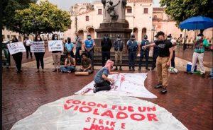 Bajo lluvia y presencia policial, en SD protestaron contra Colón
